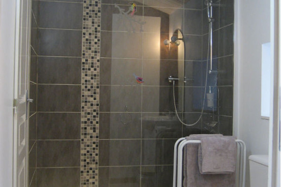 All rooms have private ensuite shower rooms.